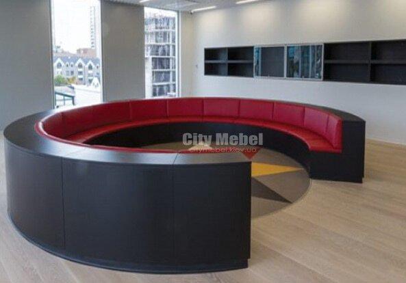 красный кгурлый диван
