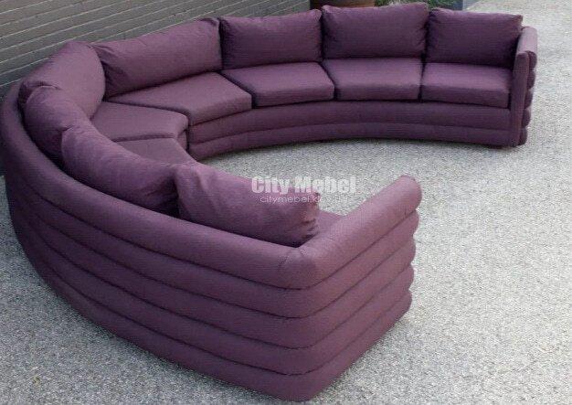 сиреневый кругый диван для гостиной с подушками