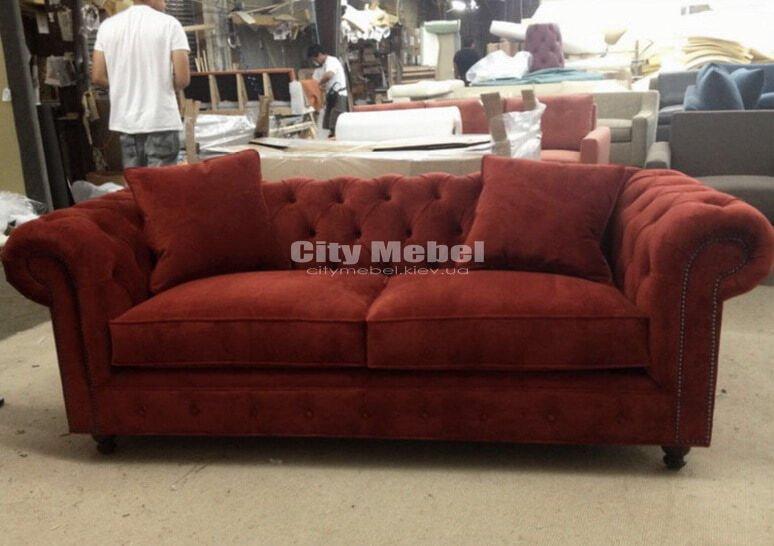 прямой диван красного цвета