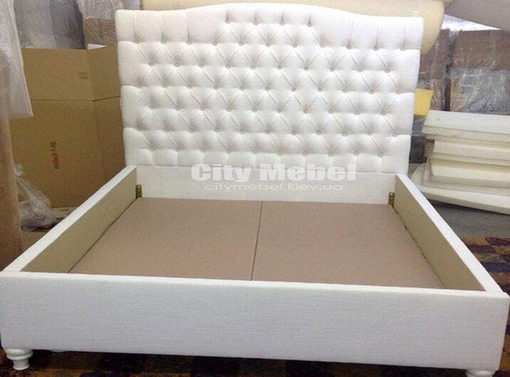 кровать с белым изголовьем с каретной стяжкой