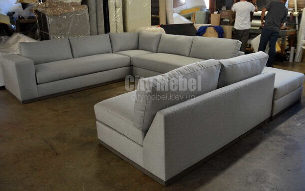 белый п образный диван  с подушками для дома